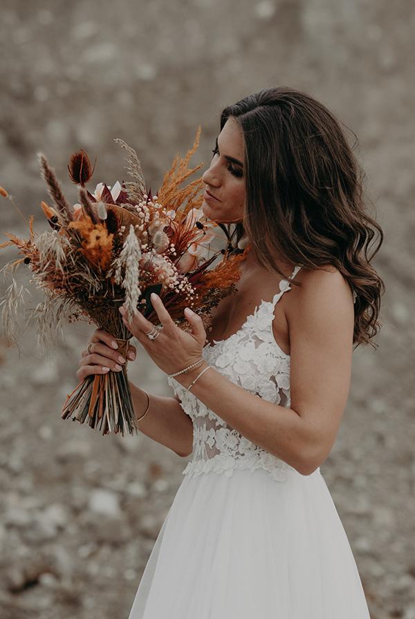 une mariée avec un bouquet de fleur
